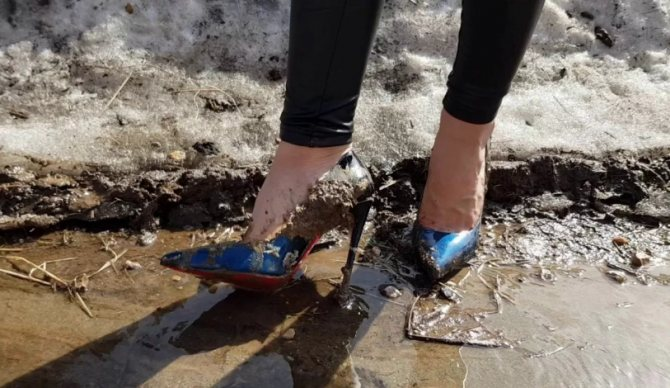грязная обувь с красивой одеждой