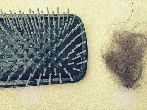 грязные волосы на расческе