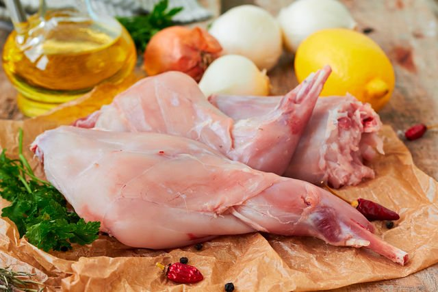Хорошо, если мясо имеет тонкие прослойки жира, которые придают кролику мягкость и сочность