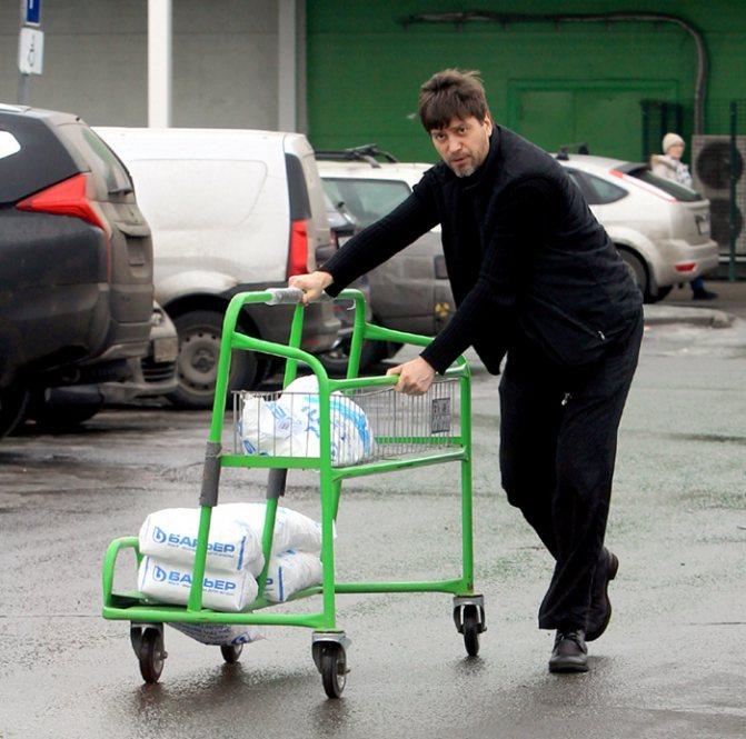 Хозяйственный Кудрявцев в свободное от съемок время закупает стройматериалы для отделки комнат