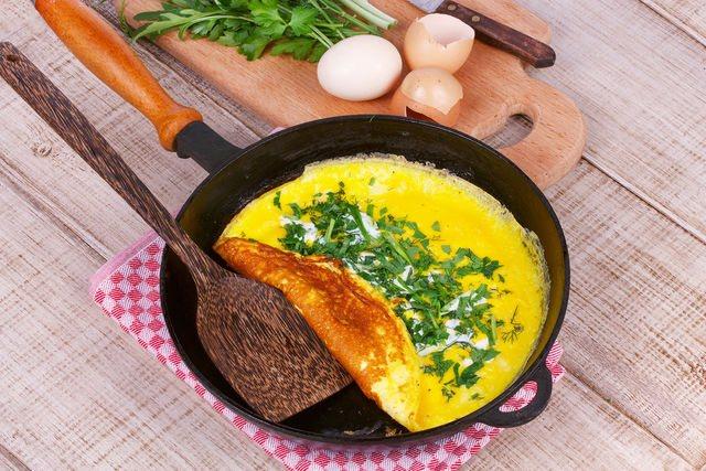Идеальный вариант для омлета — чугунная сковорода с антипригарным покрытием