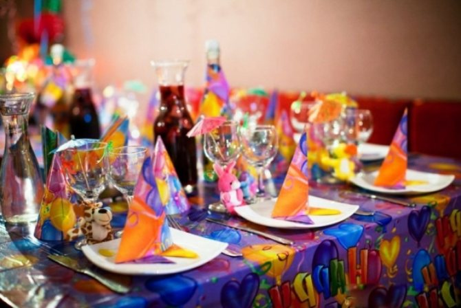 Идея для украшения стола: колпачки и подарки для каждого гостя.