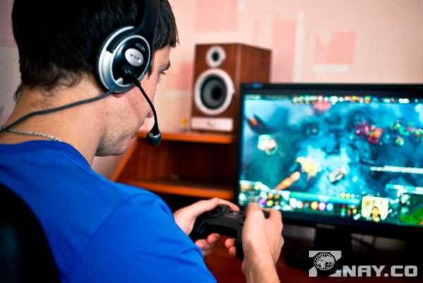 Играет в онлайн игры