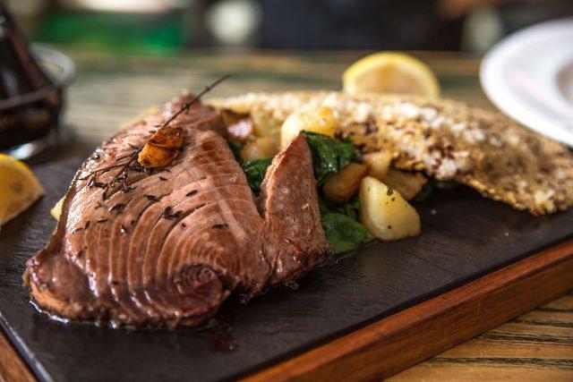 Иногда в качестве маринада для тунца используется красное вино, уксус, чеснок, сушеная зелень и тертый свежий имбирь