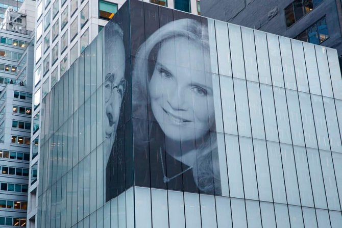 Изображение Гарри Маклоу и Патрисии Ландо на фасде здания в в Парк-Авеню