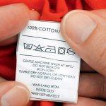 Изучение информации на ярлыке на одежде