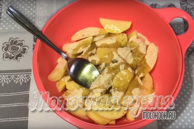 К картофелю добавлено масло и сухари