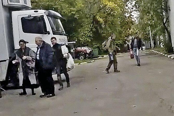 Кадр любительского видео: наряд помощницы Петросяна выглядит чересчур просторным. Фото: скриншот с видео