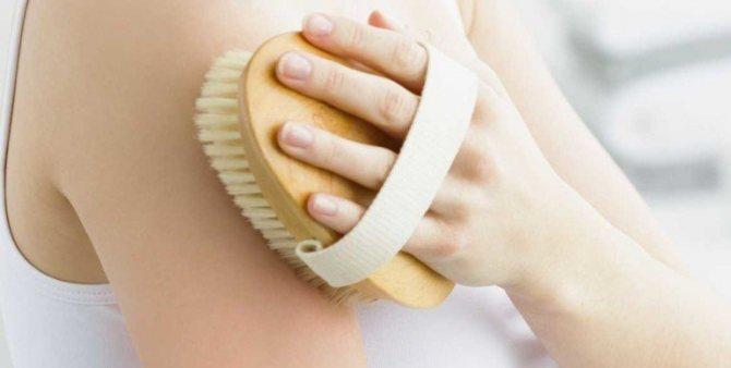 Как добиться идеальной кожи с помощью массажа тела сухой щеткой