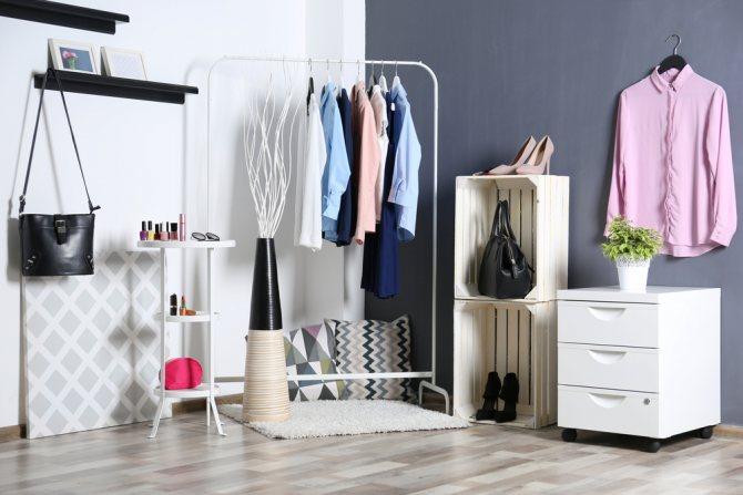 Как хранить вещи, если нет шкафа