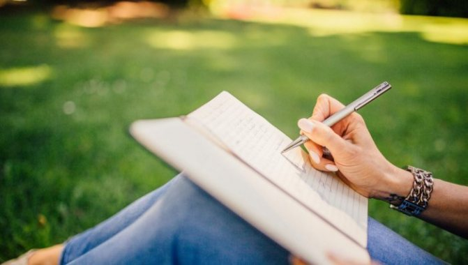 Как лучше написать стихами или своими словами?