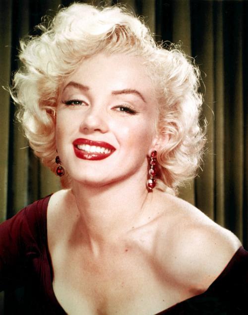 Как Мэрилин Монро делала прическу. Прическа Мэрилин Монро на коротких и длинных волосах