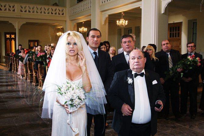 Как молодые девушки выходят замуж за стариков