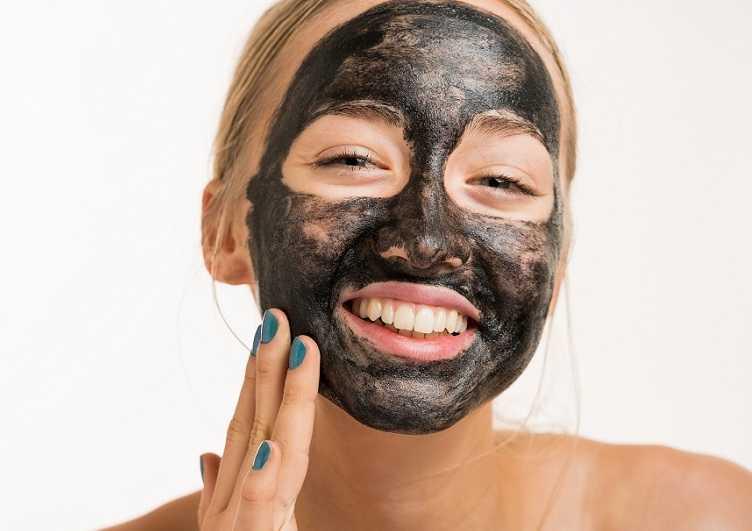 как наносить черную маску на лицо