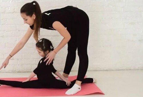 Как научить ребенка садится на шпагат