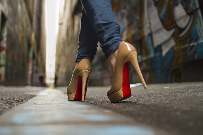 Как научиться ходить на каблуках