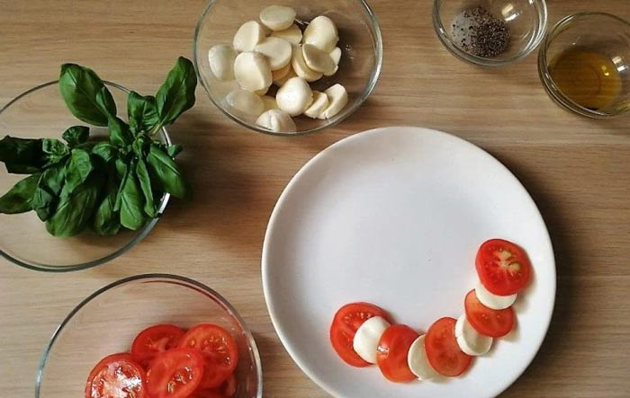 Как называется блюдо из моцареллы с помидорами и базиликом и как его вкусно приготовить?