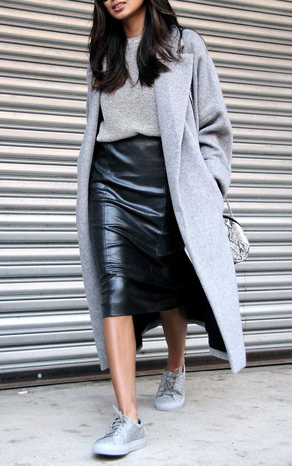 как носить черную карандаш с джемпером, пальто, кедами