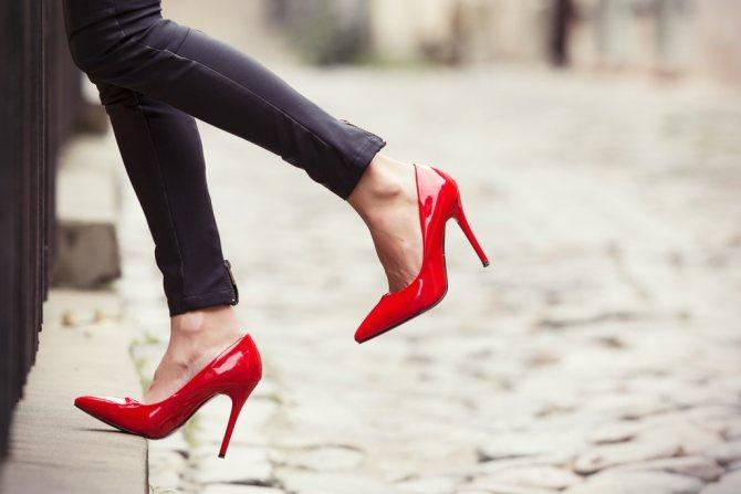 Как правильно носить лакированную обувь