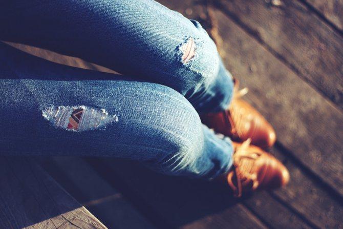 Как сделать потертости на джинсах