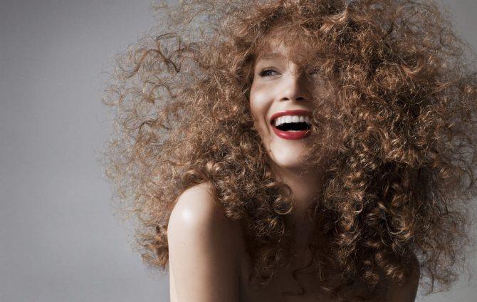 Как уложить кудрявые волосы?