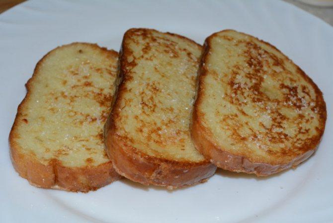 Как вкусно пожарить сладкий белый хлеб с молоком и сахаром на сковороде: рецепт