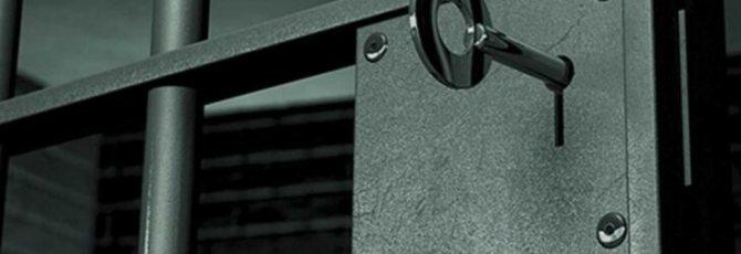 Камера тюрьмы и ключ в замке