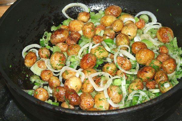 Картошка в мундире с чесноком жаренная