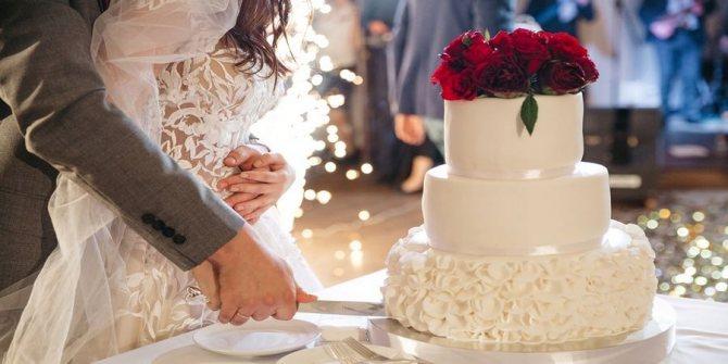 Классическая подача свадебного торта происходит на столике