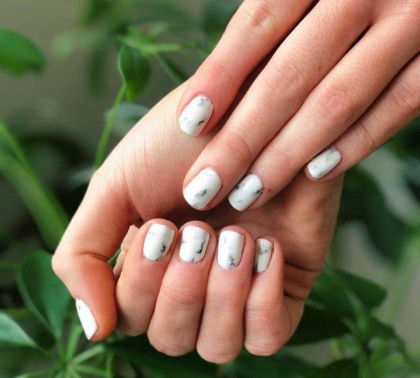 Классический мраморный маникюр на короткие ногти