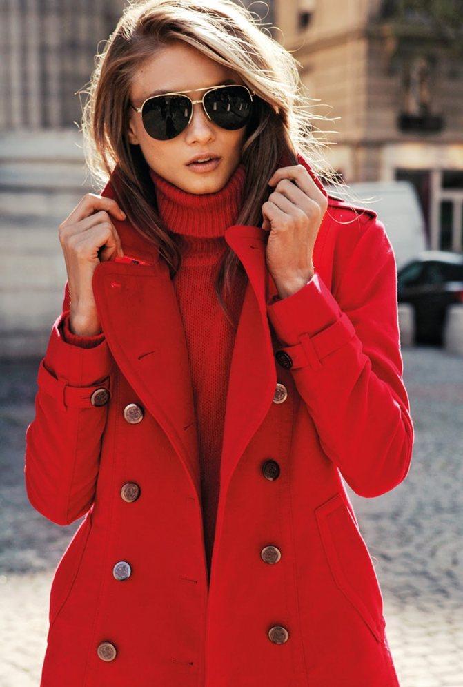 Классическое сочетание красного пальто с красной водолазкой