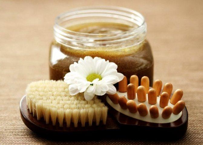 Кофейная маска в банке, массажер, щетка и цветок