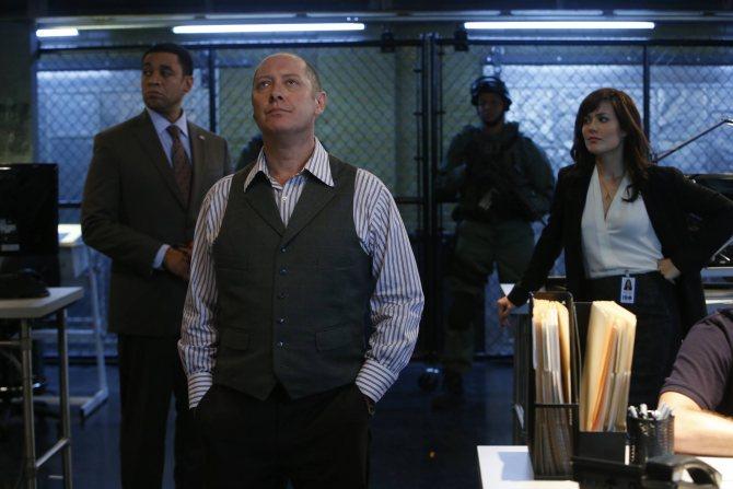 Когда неуловимы преступник вдруг сдается, он заявляет, что будет общаться только с агентом Кин (Меган Бун)