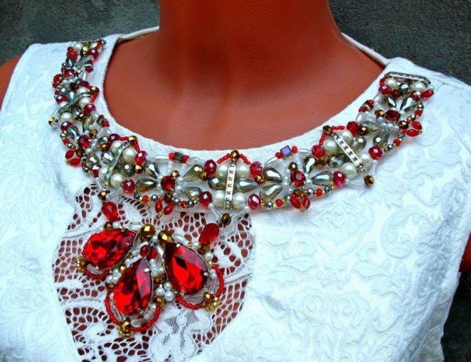Колье-декор под вырез платья