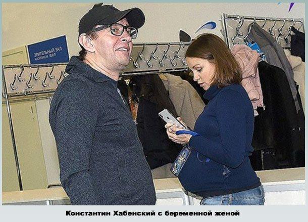 Константин с беременой Ольгой в фае театра