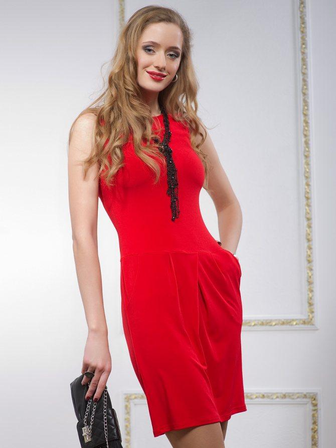 Контрастная бижутерия к красному платью с вырезом лодочка