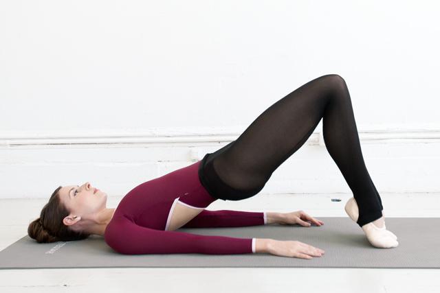красивая грудь упражнения с гантелями