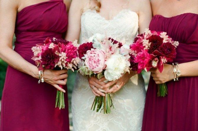 Красивая свадьба с белым платьем и подружки в платьях в цвете марсала