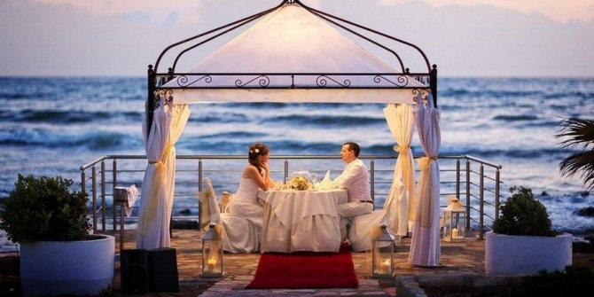 Красивое бракосочетание на морском побережье