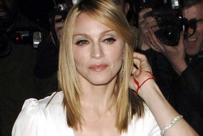Красная нитка на запястье Мадонны