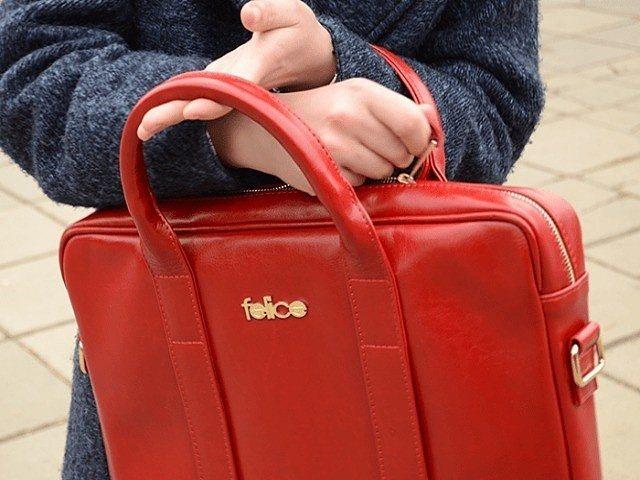 красная сумка в руках