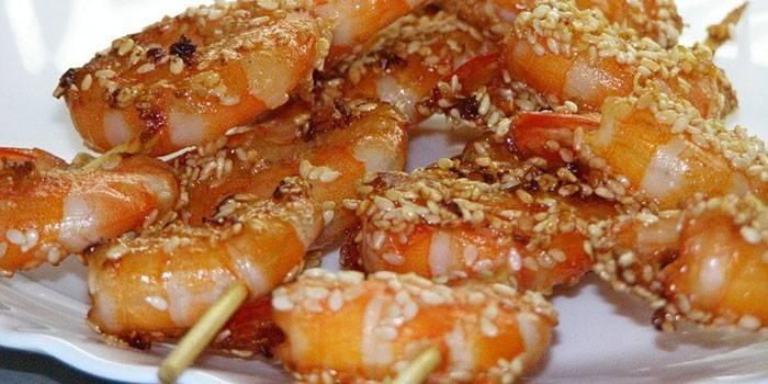 Креветки на шпажках с медовой глазури