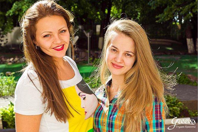 Кристина Храмойкина — топ-мастер Студии Красоты Грива с клиенткой.