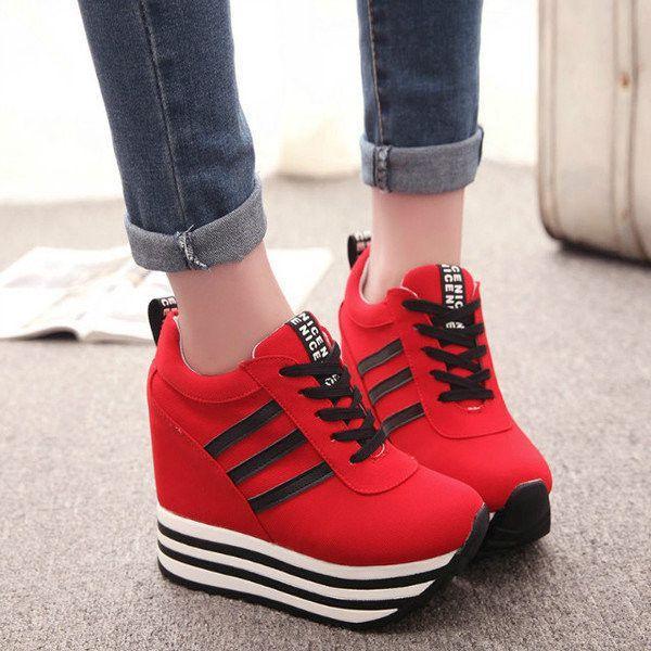 Кроссовки красного цвета