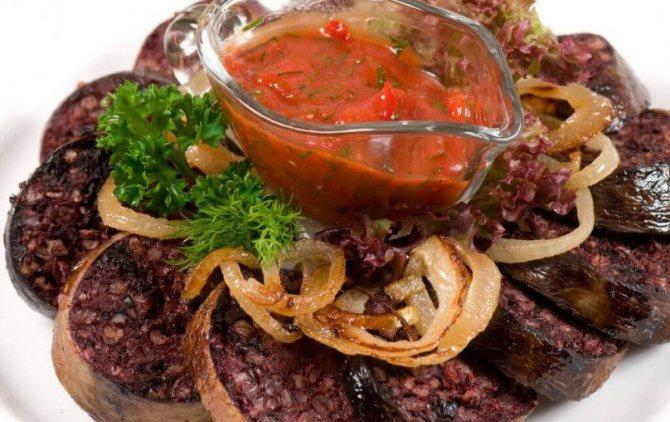 Кровяная колбаса с соусом