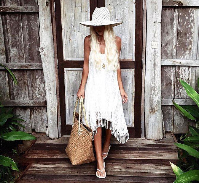 Кружевное белое платье с бахромой