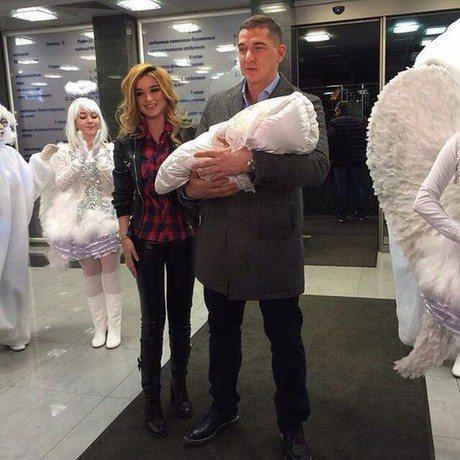 Ксения Бородина и Курбан Омаров скрывают лицо своей наследницы от фанатов