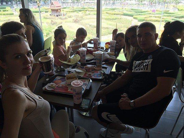 Ксения Бородина отдыхает с мужем Курбаном Омаровым, детьми и друзьями