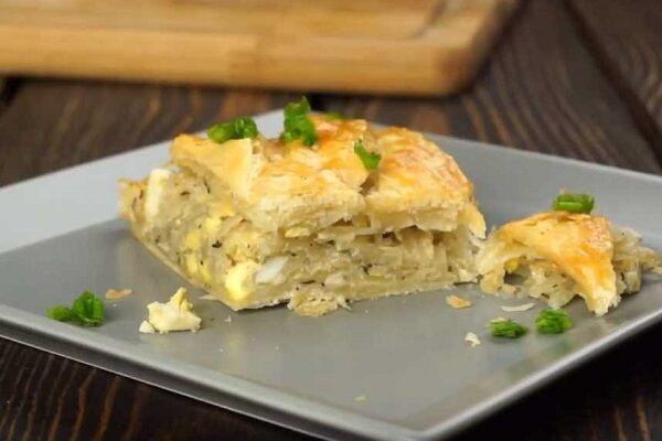 кулебяка с капустой и яйцом на слоеном тесте