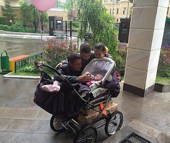 Курбан Омаров, по словам Ксении Бородиной, видится с дочкой лишь для того, чтобы сделать милое фото в Instagram
